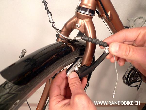 Mettre le nouveau patin en place en s'assurant qu'il soit dans le bon sens et du bon côté de la roue (la plupart des patins comportent des indications pour vous aider)