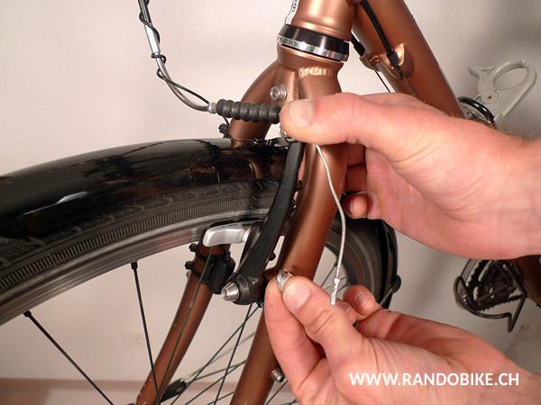 Mettre les rondelles en place, d'abord la bombée, puis la concave de telle sorte qu'elles s'emboîtent et enfin la rondelle plate