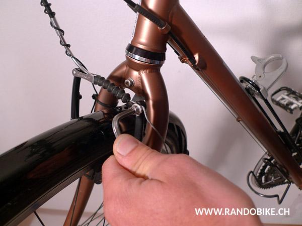 Avant de refermer les mâchoires, il est possible qu'à cause de l'épaisseur des nouvelles gommes il faille détendre le câble de frein en relâchant légèrement la vis de blocage du câble