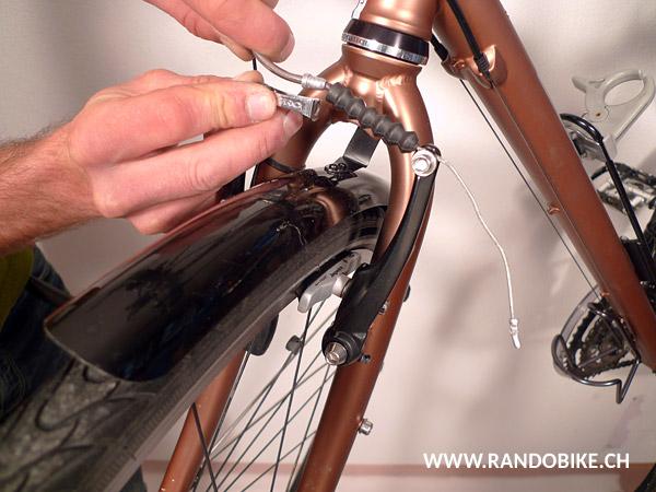 Une fois le câble suffisamment détendu et la vis de blocage resserrée, remettre la pipe en place sur l'étrier