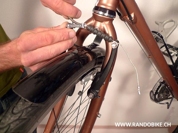 Pour cela s'aider des deux mains, l'une appuyant l'étrier contre la roue, l'autre tirant la pipe en arrière