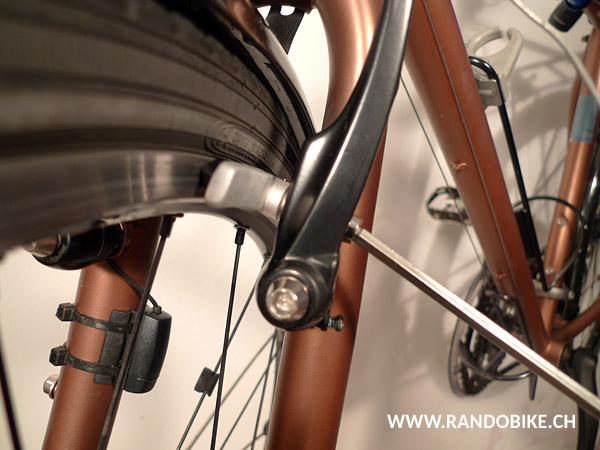 Si l'axe du patin pointe contre la bas, l'usure du patin ne sera pas régulière, la gomme risque à la longue de toucher le pneu et le freinage ne sera pas bon