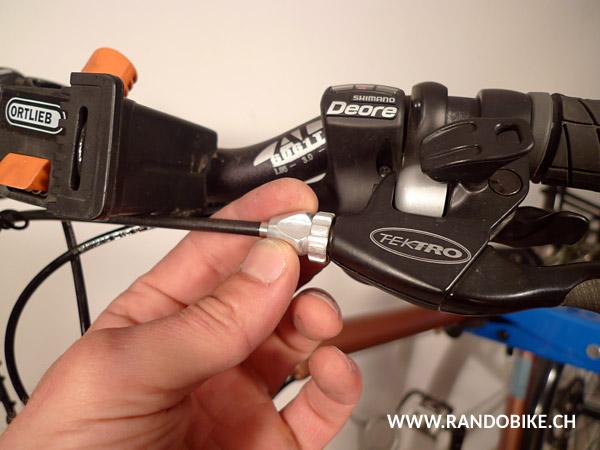 Régler maintenant la course du levier à l'aide de la molette, de telle sorte que le freinage soit efficace sans gêner la rotation de la roue