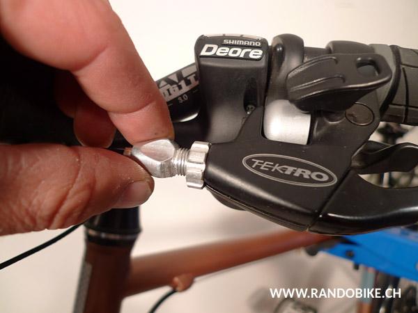 Pour commencer, revisser à fond la molette de tension du câble au niveau du levier de frein