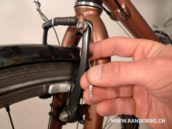 Et pour finir, coincer ce qui dépasse du câble derrière la mâchoire à l'aide des ergots disponibles. Voilà!