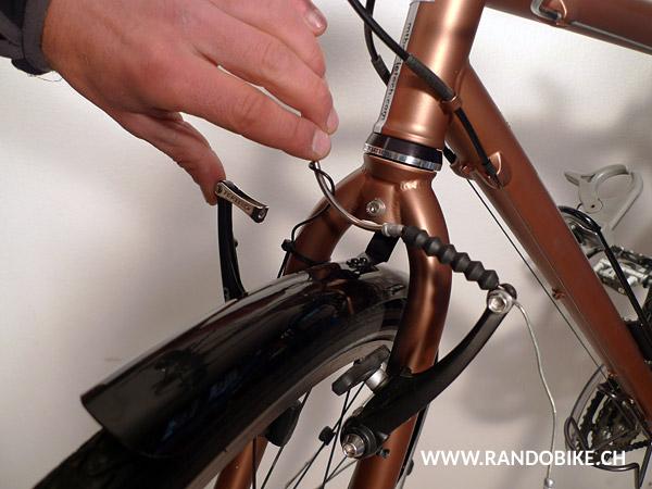 Le frein étant ouvert, il sera plus facile de retirer les vieux patins de frein et de remettre les nouveaux en place