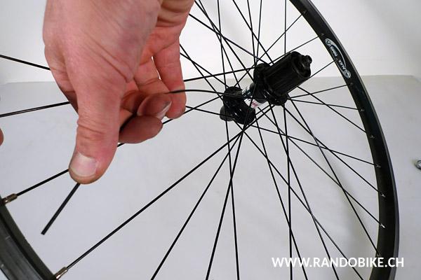 Il s'agit de répéter le mode de croisement utilisé sur la roue, le plus courant étant le croisement triple. A nouveau, le plus simple est d'observer les autres rayons et de faire pareil