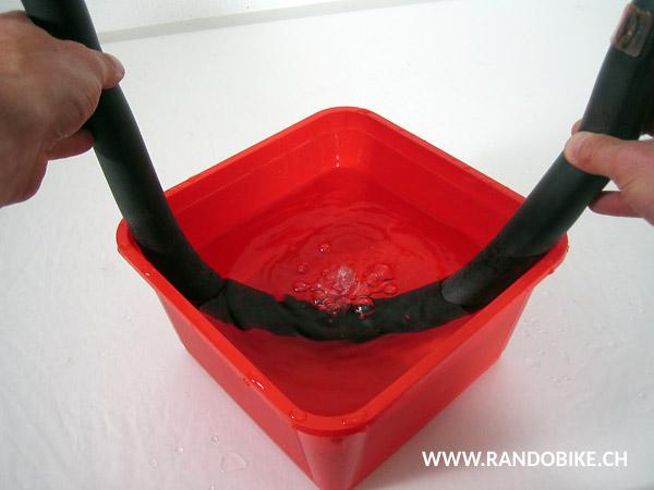 Si le trou est petit, il peut être difficile de le trouver. Dans ce cas, plonger la chambre à air gonflée dans de l'eau et repérer le trou grâce aux bulles produites par l'air. Ne pas oublier de sécher la chambre avant d'y coller la rustine