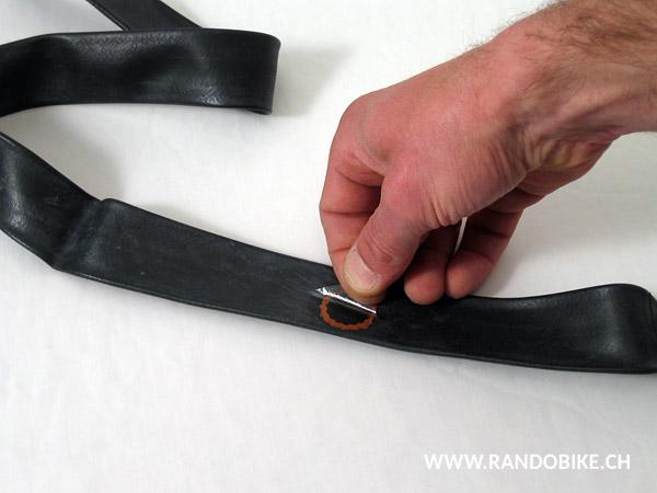 Une fois la rustine bien en place et collée, retirer délicatement le film plastique
