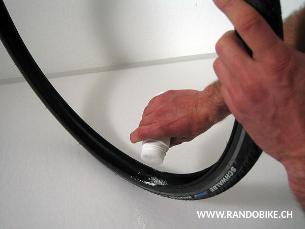 Mettre une bonne dose de talc dans le pneu. Ainsi la durée de vie de la chambre à air est augmentée et sa mise en place dans le pneu est facilitée