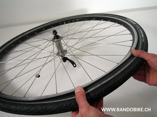 Certains pneus sont assez libres pour qu'on puisse les mettre en place à la main et sans outils, mais d'autres non. Pour ceux-ci, s'aider d'un ou de plusieurs démonte-pneu. Une fois cette opération terminée, la chambre à air peut être regonflée et la roue remise en place sur le vélo. Bonne route!