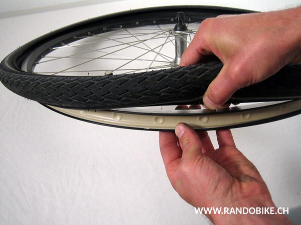 Une fois le premier flanc du pneu sorti, séparer complètement le pneu de la jante