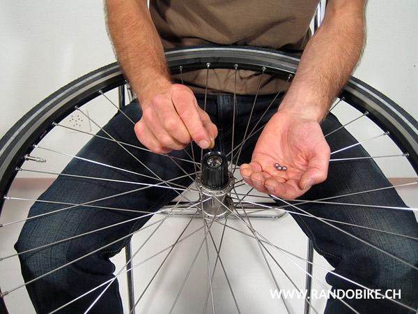 Retourner la roue, graisser et mettre les dernières billes en place