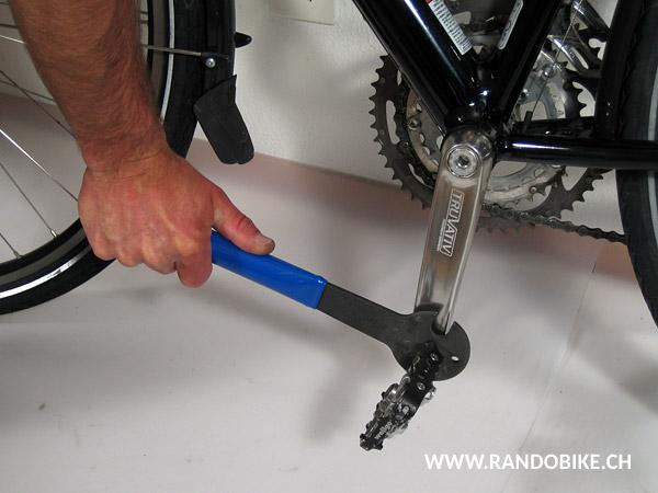 Bien serrer la pédale en appuyant fermement sur la clé vers le bas, le manche vers l'avant