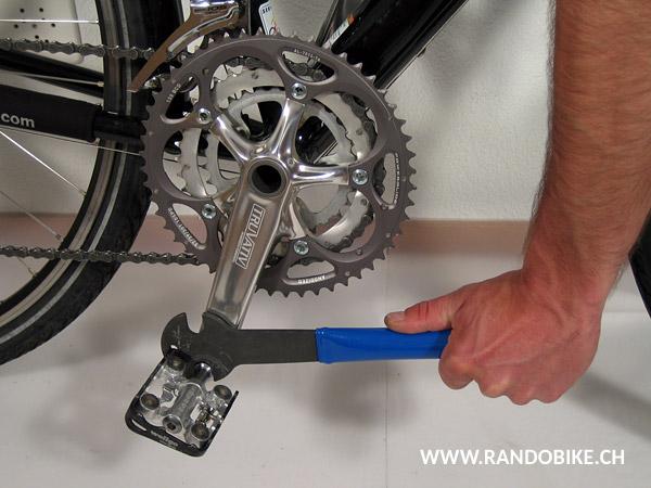 Bien serrer dans le sens des aiguilles d'une montre, en appuyant vers le bas. Votre vélo est maintenant prêt à repartir!