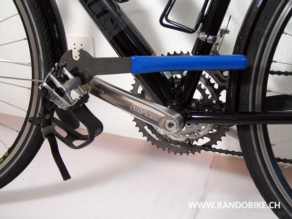 Placer la clé sur la pédale gauche dans l'alignement de la manivelle, pédale orientée vers l'avant