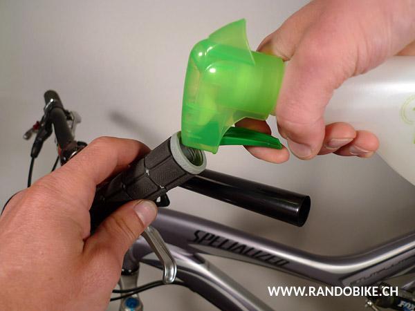 Vaporiser dans la poignée un liquide NON GRAS. Utiliser un liquide collant ou volatile comme de la laque à cheveux ou certains produits pour les vitres (mais pas de colle!)