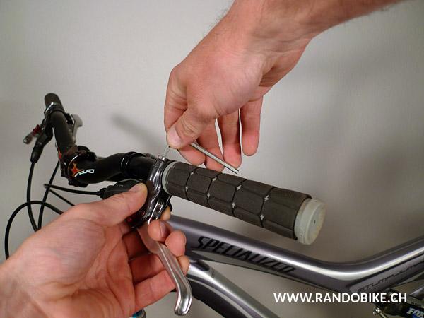 Replacer le levier de frein dans sa position initiale. Serrer ses vis de blocage