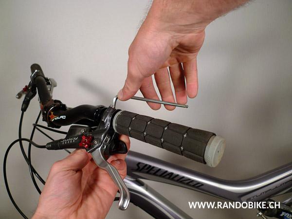 Faire de même avec la manette de vitesses. Une fois le liquide dans la poignée bien évaporé et sec la poignée doit tenir bien en place et ne pas tourner sur elle-même