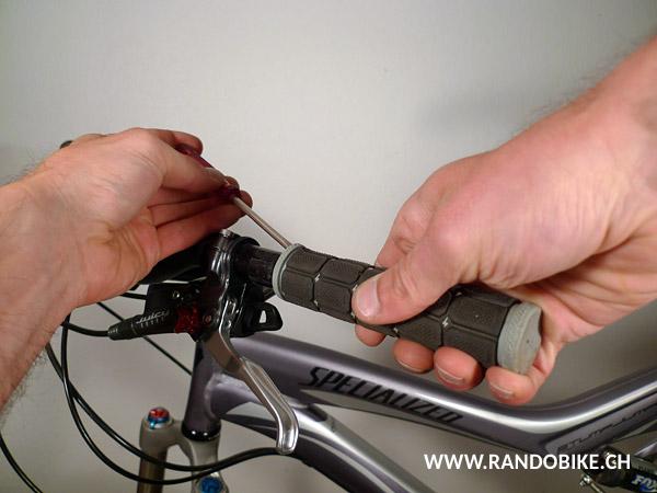 Une des méthodes pour enlever des poignées consiste à glisser un objet allongé sous la poignée (un tournevis par ex.) pour y vaporiser ensuite un peu de lubrifiant