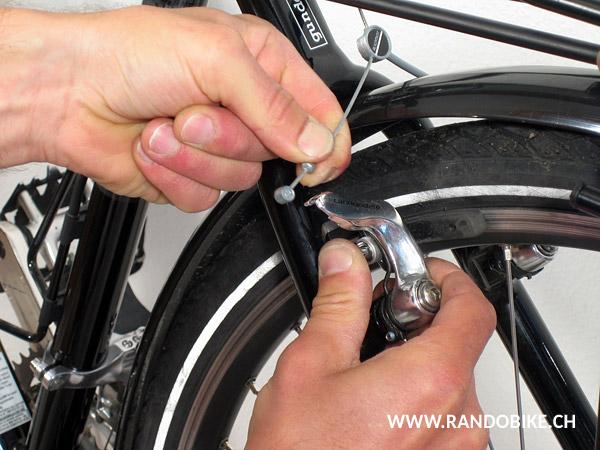 Tirer sur le levier de serrage rapide pour le pivoter et détendre le serrage de la roue