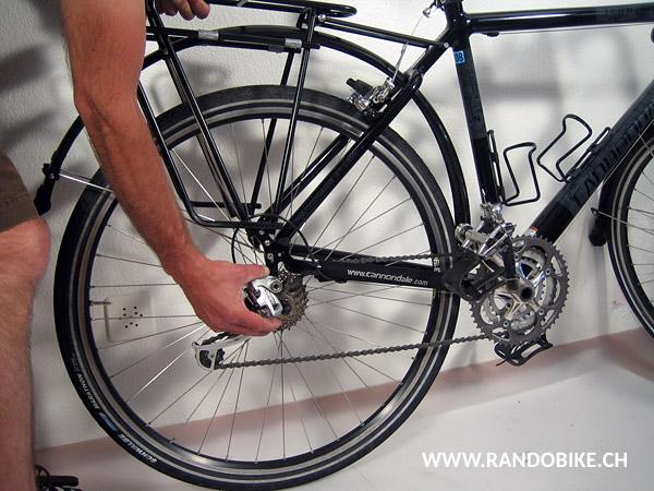 Si votre vélo n'a pas de serrage rapide, détendre les écrous à l'aide d'une clé à fourche
