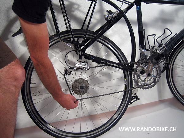 La roue peut maintenant être retirée de la fourche. Poser doucement votre vélo au sol en appui sur les montants de la fourche