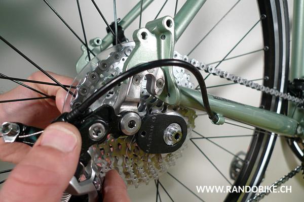 Une fois la roue démontée du vélo, on utilise l'hypercracker encore en place pour finir de dévisser l'écrou de la cassette