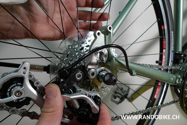 Desserrer l'attache rapide, puis retirer la roue du vélo
