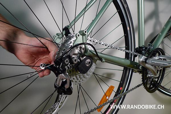 Remettre la roue en place sur le vélo en veillant à ce que la chaîne soit sur l'un des grands pignons