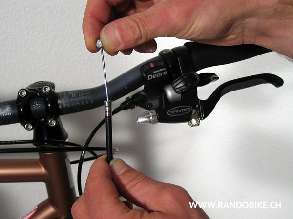 Maintenant que le câbles est lubrifié, placer sa tête dans le logement du levier en maintenant le levier de frein serré