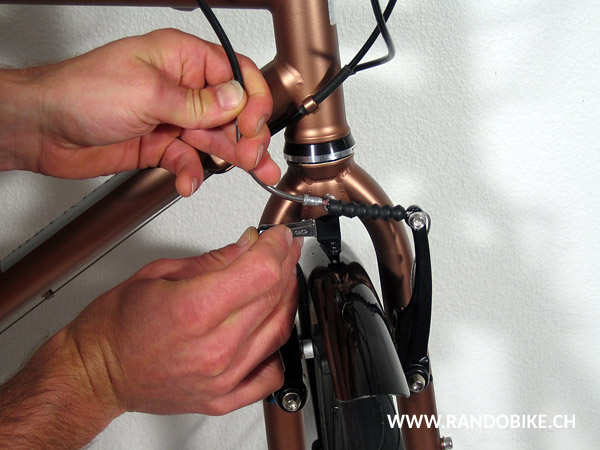 Le frein ainsi ouvert permettra d'avoir assez de marge pour faire glisser le câble lubrifié dans la gaine pour répartir l'huile
