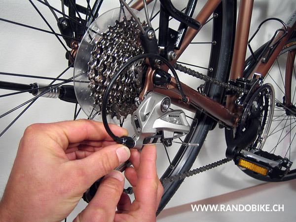 Lorsque le réglage est bon il ne devrait pas y avoir de tension dans le câble et la chaine doit se placer avec précision sur le petit pignon. Libérer la tension du câble en tournant l'ajusteur dans le sens des aiguilles d'une montre