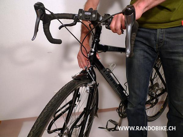 Pour déceler si l'on a du jeu, il suffit de pousser le vélo d'avant en arrière en bloquant la roue avant, les doigts placés à cheval entre la cuvette de direction et la fourche