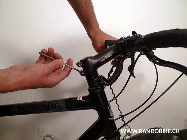 Surtout ne pas oublier avant de retendre ces deux vis de vérifier si le guidon et la roue sont bien alignés