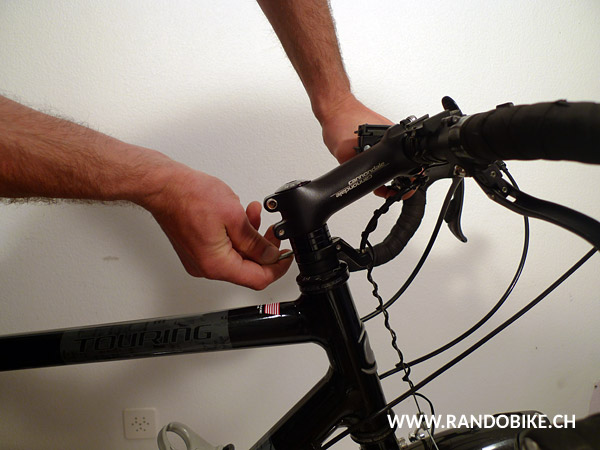 A ce stade, bloquer aussi la pièce d'arrêt du câble de frein avant si votre vélo en a une