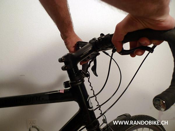 Faire aussi un test de rotation du guidon en s'assurant qu'il tourne librement. S'il devait tourner trop dur, recommencer toute l'opération en détendant légèrement la vis de réglage