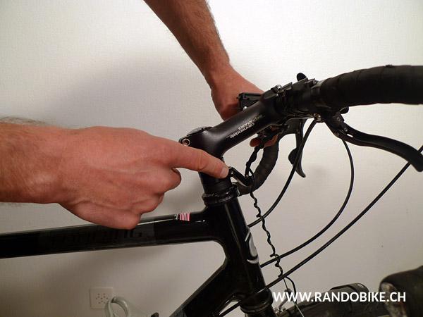 Si, comme ici, votre vélo comporte une pièce d'arrêt pour le câble de frein avant, il ne faut pas oublier de la déserrer aussi
