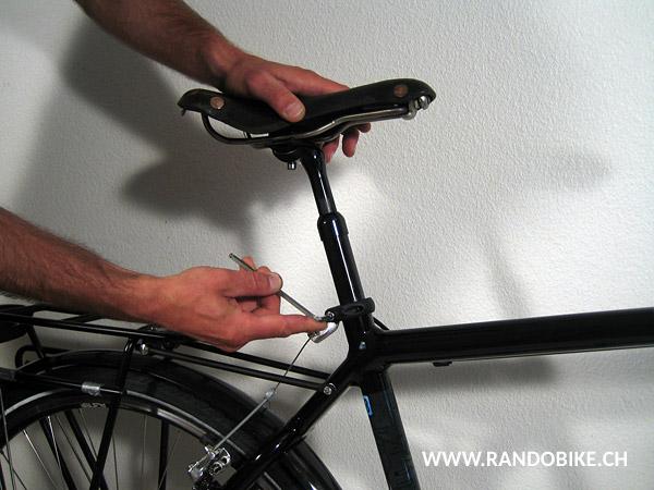 Si le vélo n'a pas de collier de selle à serrage rapide, il se désserre normalement à l'aide d'une clé imbus (clé allen)