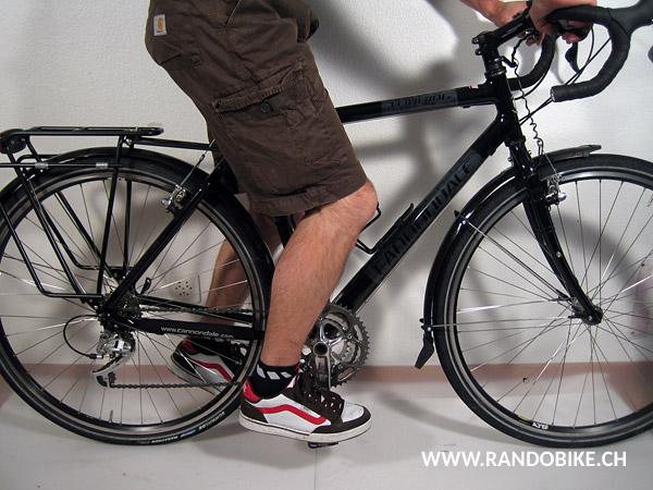 Pour trouver la bonne position, s'assoir sur le vélo le pied posé horizontalement sur la pédale qui est en bas. Si le genou est plié, la selle est trop basse