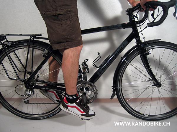 Si au contraire la jambe est tendue et le talon a tendance à remonter, alors la selle est trop haute