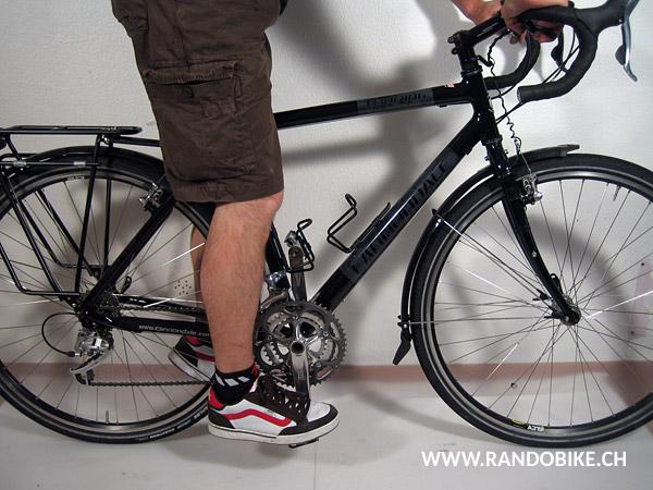 La bonne position est celle où la jambe est tendue mais souple, le genou très légèrement plié et le pied bien horizontal